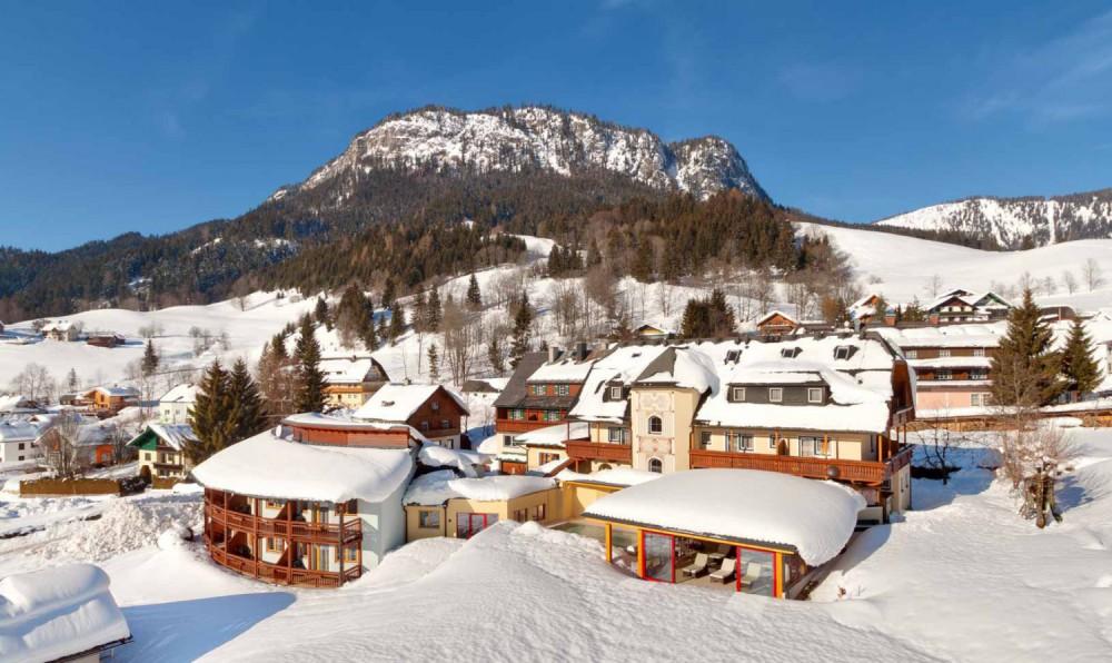Hotel DER HECHL Winteransicht